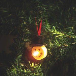 Obesek z LED lučko snežak