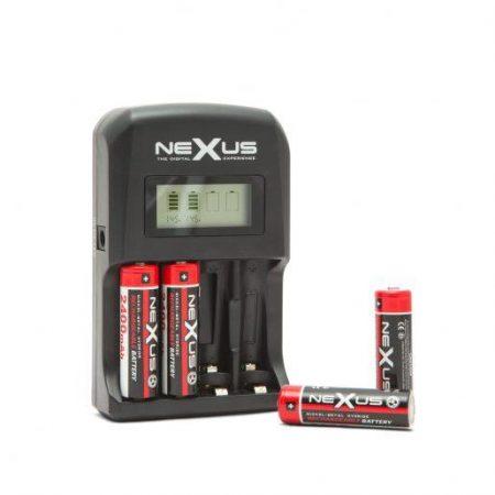 Polnilnik baterij z LCD zaslonom 12V/220V
