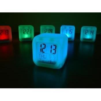 Digitalna budilka z LED lučko kocka